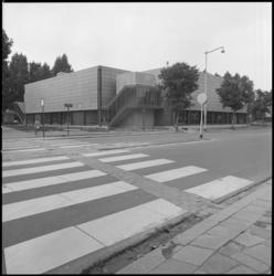 25672-4-11 Sporthal Asterlo, gezien vanaf de Meyenhage, hoek Slinge. Vanaf 20-09-1976 gaat de Dienst voor Sport & ...