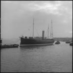 25707-2-10 Het museumschip De Buffel wordt over de Nieuwe Maas naar scheepswerf Boele in Slikkerveer gesleept.