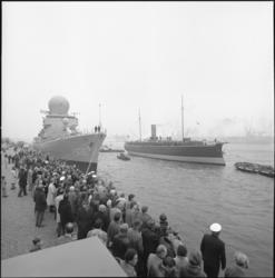25719-2-4 Het museumschip De Buffel wordt naar de Parkkade gesleept. Links het geleidewapenfregat HMS De Ruyter.