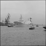 25762-3-3 De Otto Hahn, een Duitse ertstanker, die vaart op atoomenergie, loopt het Rotterdamse havengebied binnen. ...