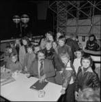 25791-1-9 Burgemeester A. van der Louw houdt in het Hulp- en Informatiecentrum een kinderspreekuur.