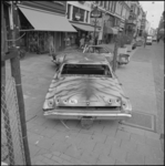 25815-1-8 Twee autowrakken in de Oude Binnenweg als reclame voor het Film Festival Rotterdam.