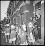 25837-3-11 Aubade voor dokter H. Huisman, voor zijn woonhuis aan de 's-Gravendijkwal 8a.