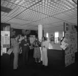 25847-2-6 Opening van een tentoonstelling met verkiezingsposters bij reclamebureau Sigma-10 aan de Essenburgsingel.