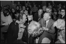 25858-1-4 Kees Brusse die acteur meespeelt in de televisieserie Tussen was en schip woont een een vergadering bij van ...