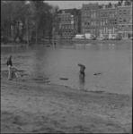25920-3-1 Kinderen spelen in bouwput van het Sint Franciscus Gasthuis aan de Schiekade. Op de achtergrond huizen van de ...