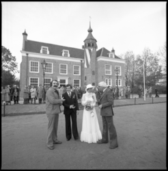 25964-2 Opening van het verplaatste landhuis De Oliphant aan de Kromme Zandweg. Links burgemeester A. van der Louw, ...