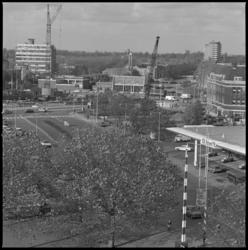 25978-1-3 Het Oostplein en omgeving met het gemaal Oostplein. Links de hoogbouw van de Ammanstichting aan de ...