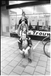 26011-7-6 De Rotterdamse redactie van het dagblad Trouw: met vooraan Jan Ladenius en in het midden Leen Post.