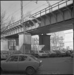 26059-1-9 Het treinviaduct bij de Lombardkade. Op de achtergrond woningbouw op de Sint-Jacobsplaats.