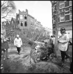 26069-1-2 Een door de zware storm omgevallen esdoorn heeft op de Heemraadssingel, hoek Volmarijnstraat, een auto verpletterd