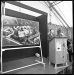26071-3-9 Staatssecretaris A.J. Hermes opent het nieuwbouwcomplex van de Adriaanstichting en de Mytylschool aan de Ringdijk.