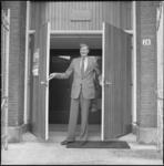26091-4-8 De heer De Haan, koster van de Putsepleinkerk.