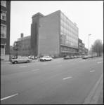 26125-4-3 Naast een toekomstig bouwterrein het exterieur van J. P. Wyers Industrie- en Handelsonderneming aan de Schiekade.
