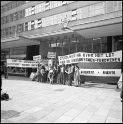 26127-3-8 Gevluchte Uruguayanen demonstreren op de Coolsingel voor het consulaat van Uruguay tegen schendingen van ...