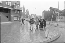 26128-6-4 Bezoek van minister Til Gardeniers aan Crooswijk. Zij wandelt op de Crooswijkseweg; op de achtergrond de ...