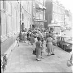 27 Bus voor vertrek met kinderen van de Rotterdamse Schoolvereniging aan de Schiedamsesingel.