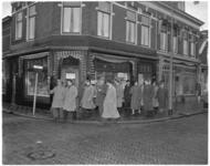 276-2 Delegatie op weg naar het bijkantoor van de Spaarbank aan de Prins Hendrikstraat te Hoek van Holland.