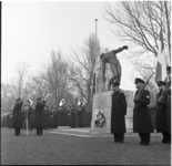 278 Herdenking door de mariniers bij het monument voor Nederlandse militairen de Vallende Man op begraafplaats Crooswijk.