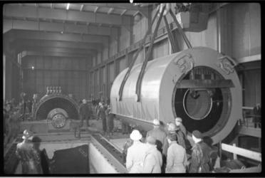 3019-2 Een stator hangt in de takels en wordt in de elektriciteitscentrale Waalhaven op zijn plaats gezet.
