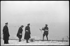 3040-3 Weersomstandighedenfoto van politieagenten die dieren op bevroren water van voedsel voorzien.