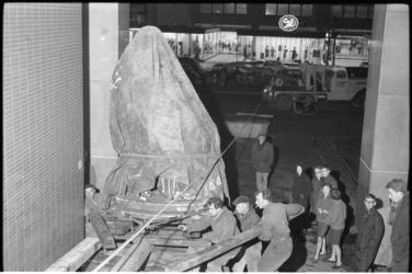 304035-28 Verplaatsing van het standbeeld van Gijsbert Karel van Hogendorp uit de tuin van het Schielandshuis naar de ...
