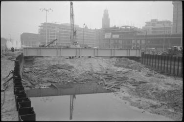 304046-4 Tijdelijke brug over de metrosleuf op het Weena nabij het Hofplein.
