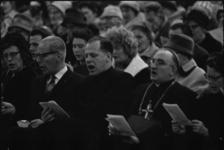 304122-29 Volkskerstzang in Ahoy. Onder de vele bezoekers was ook monseigneur M.A. Jansen, (tweede van rechts) eerste ...