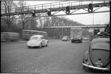 304144-24 Ingebruikneming verkeerslichten bij de inrit noord van de Maastunnel. Op die manier wordt met lichten ...