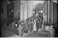 304160-24 Bezoekers voor de oud-katholieke Paradijskerk tijdens de 5-kerkentocht.