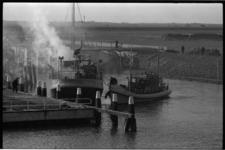 304189-9 Brand op schip Wuta uit Delfzijl in het Haringvliet tussen Hellevoetsluis en Middelharnis.