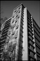 304208-29 Plastiek van Louis van Roode aan de zijgevel van het districtspostkantoor Delftseplein.
