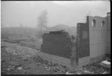 3043-2 Stuk muur van afgebroken Baptistenkerk aan de Ridderstraat staat nog overeind met daarin de 'officiële eerste ...