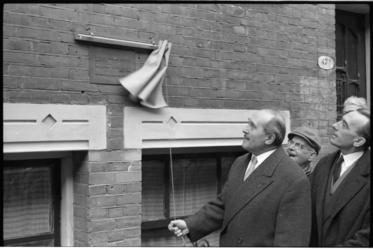 304326-25 Onthulling bronzen gedenkplaat voor schrijver Willem Elsschot (A.J. de Ridder) in de Snellinckstraat 49a door ...