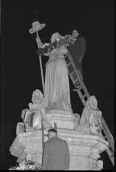 304335-31 Kranslegging over het standbeeld Maagd van Holland op de Nieuwemarkt.