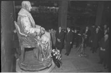 304381 Kranslegging bij het Van Hogendorp-monument bij de Beurs ter herdenking van de 200e geboortedag van Gijsbert ...