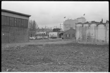304392-14 Oude bedrijfsgebouwen bij de Heer Bokelweg, Katshoek, Hofdijk en het viaduct van de Hofpleinspoorlijn. Op de ...