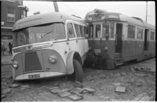 304426 Een beschadigde autobus die op de Groene Hilledijk tegen een tram van de RTM is gebotst die onderweg was naar ...