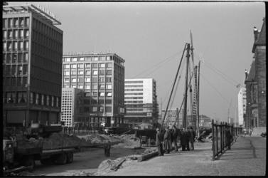 304505-30 Aanleg van de metro op de Coolsingel nabij het stadhuis en het postkantoor.