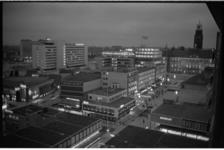 304508-28 Overzicht bij avond van de Lijnbaan, het Stadhuisplein met het stadhuis en de Kruiskade met het Hiltonhotel.