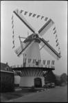 304524 De stellingmolen De Zandweg aan de Kromme Zandweg na de restauratie. De voorzitter van de wijkraad Oud-Charlois, ...