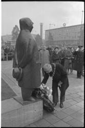 304571-11L Kranslegging door burgemeester Van Walsum bij het standbeeld van Monsieur Jacques op de Coolsingel. Ter ...