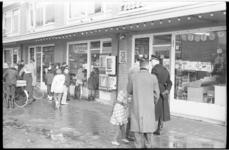 304633-11 Buurtonderzoek door de politie bij de sigarenwinkel aan het Brekelsveld waar in de nacht van 8 op 9 februari ...