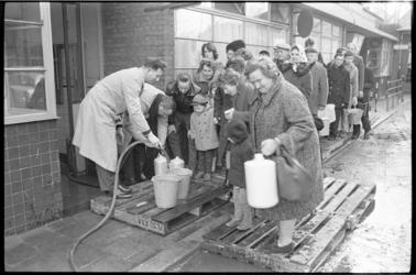 304649-20 Wachtende mensen bij een van de 22 distributiepunten van drinkwater in Rotterdam.