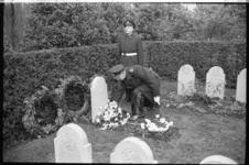 304659-36 Kranslegging door mariniers op het militaire erehof van de Algemene Begraafplaats Crooswijk. De aanname is ...