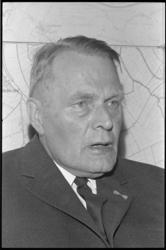 304771-7 Mr. Herman Bavinck. Moest wegens ziekte zijn wethouderschap tijdelijk overdragen aan W.A. Fibbe