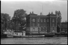 304777-14 Politiebureau Nassaukade en sinds het begin van de jaren '60 een kantoor van de Spaarbank Rotterdam op de ...
