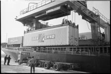 304786-36 Het lossen van Sealand-containers op trucks bij Quick Dispatch aan de Beatrixhaven. Het afgebeelde ...
