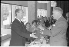 304805-11 Uitreiking in de Doelen van de Arlecchino 1966 aan toneelspeler Ton van Duinhoven (links) door de commissaris ...