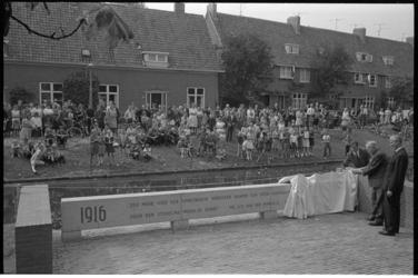 304806-2 Onthulling monument op de Brink door K.P. van der Mandele, architect prof. ir. M.J. Granpré Molière, wethouder ...